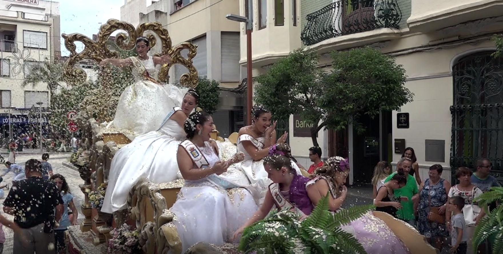 Benicarló, els carres de la ciutat es van inundar de confeti amb la desfilada de les carrosses