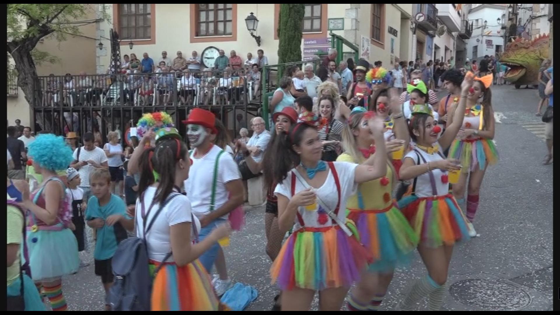 Cervera del Maestrat, desenes de persones participen en la desfilada de carrosses