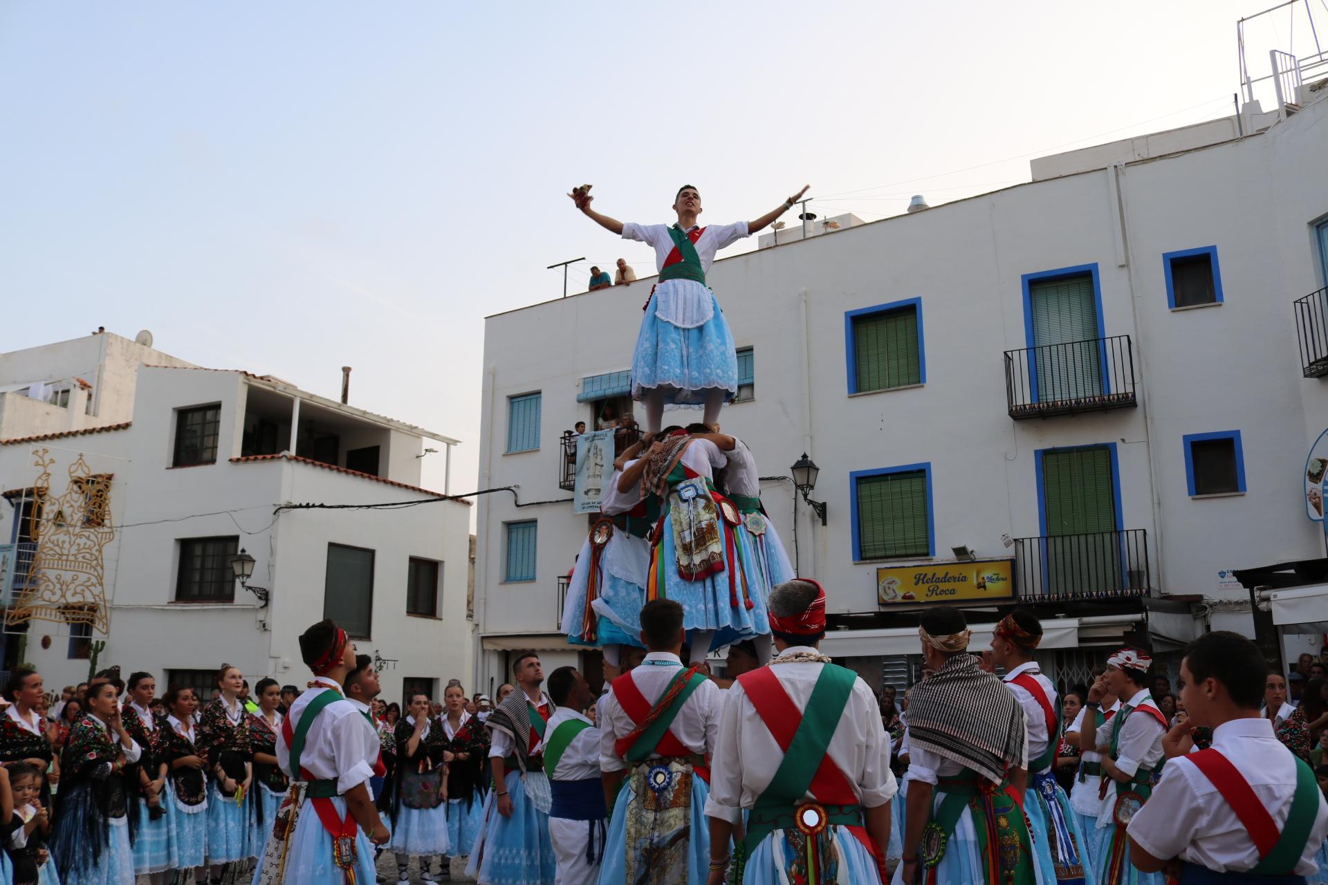 Peníscola la Dansa Batalla pren els carrers de la ciutat