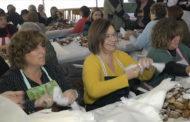 Benicarló, els veïns participen en els preparatius de Sant Antoni amb l'embolicà de les coquetes