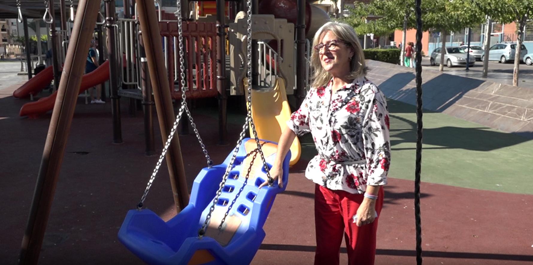 Benicarló, l'Ajuntament instal·la gronxadors adaptats als parcs infantils