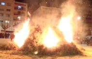 La Caixa Rural encén la foguera de Sant Antoni a la plaça de la Constitució