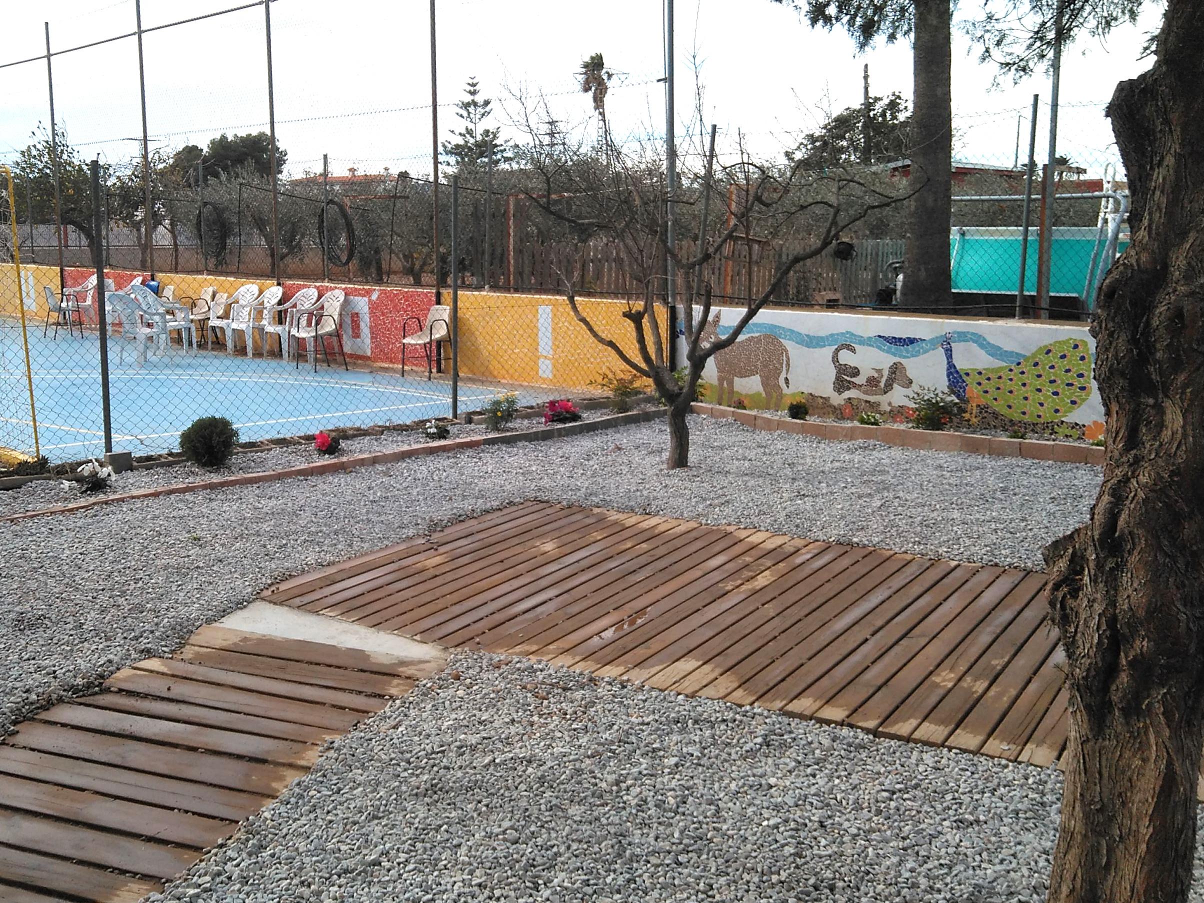 Benicarló, els alumnes del talles d'ocupació adeqüen l'exterior del Centre Ocupacional IVASS