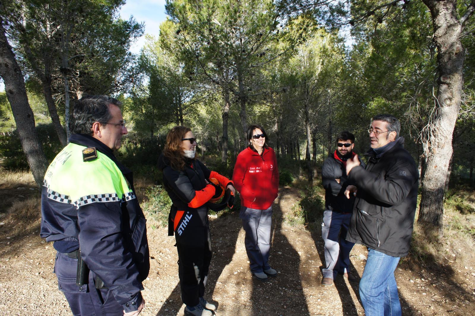 Vinaròs, els alumnes del taller d'Ocupació de la Taula del Sénia netegen l'entorn de l'ermita