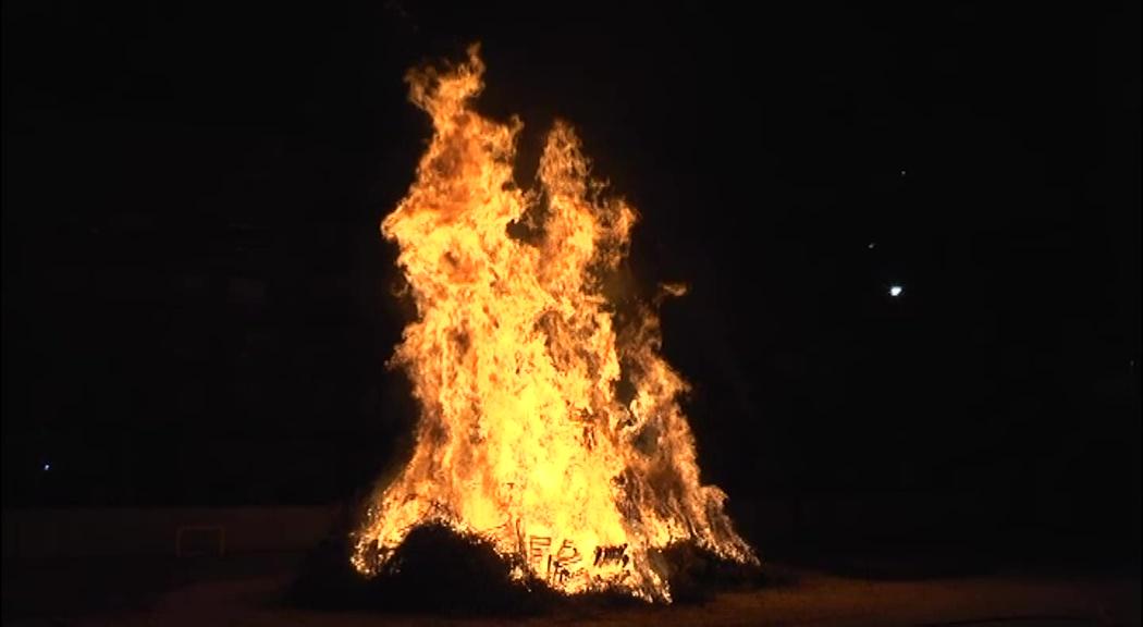 Vinaròs encén la tradicional foguera de Sant Antoni que cada any organitza la Caixa Rural