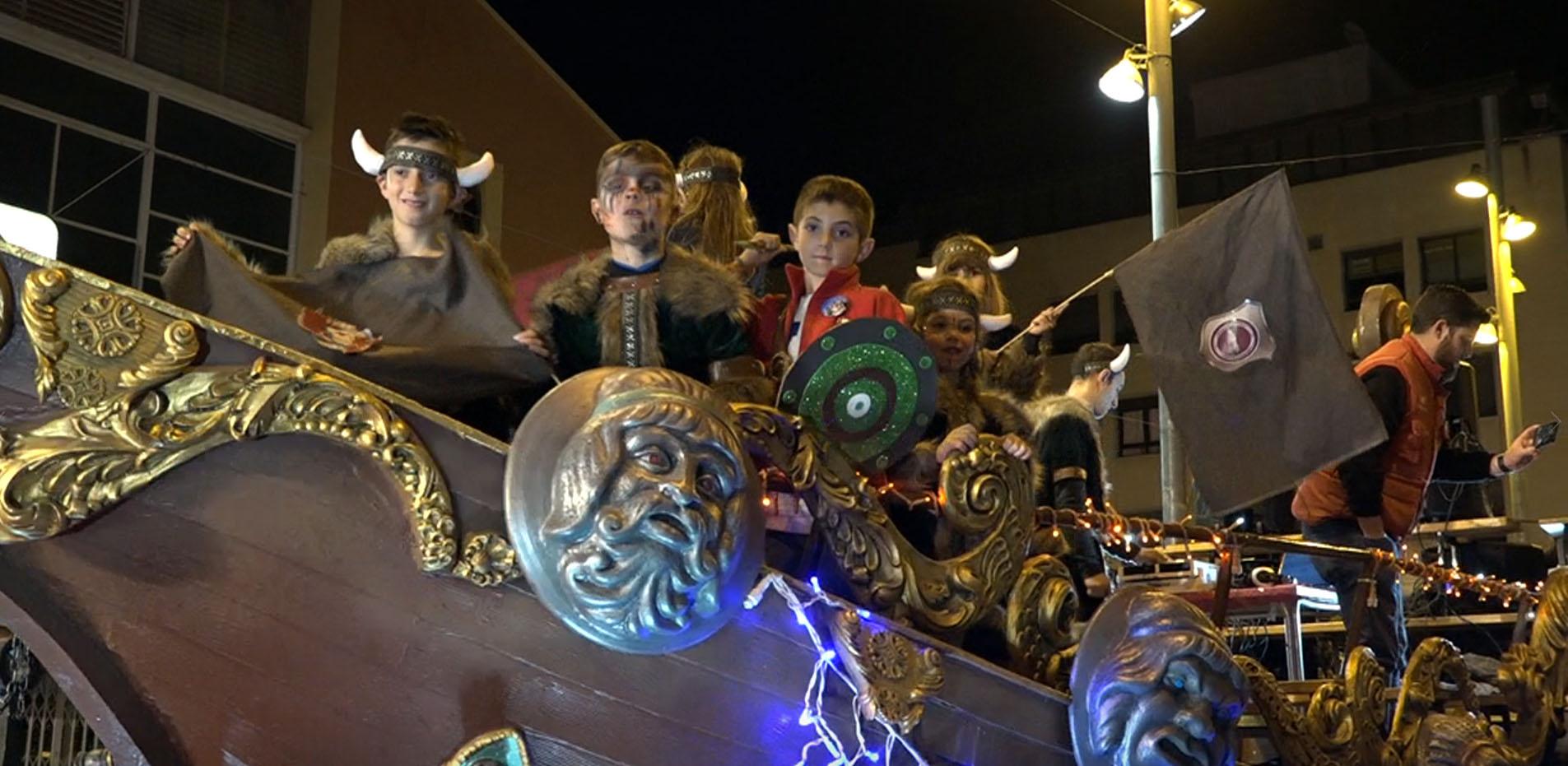 Benicarló, la Cavalcada del Ninot ompli els carrers de diversió i disfresses