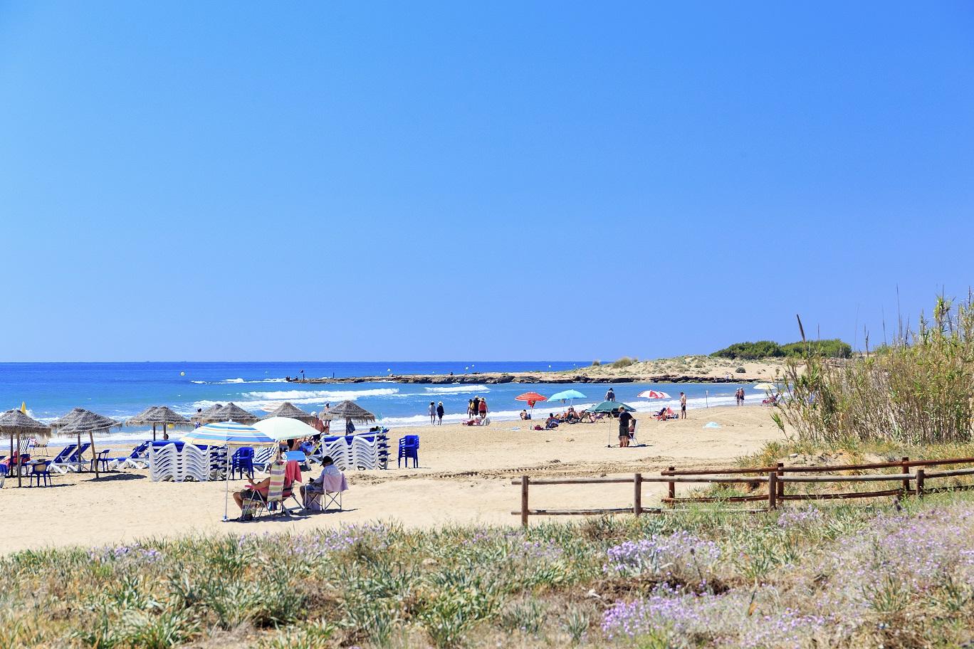 Alcalà renova les banderes blaves de les platges del Carregador, Romana, El Moro i Manyetes