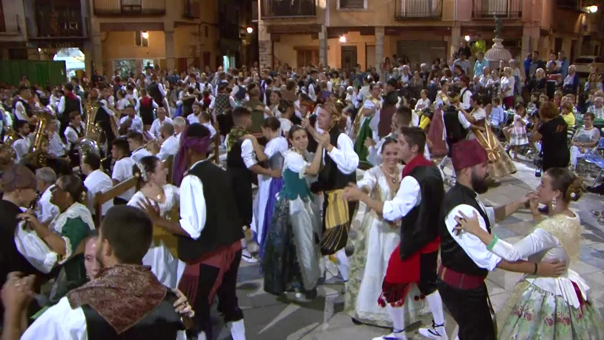 Sant Mateu, el Ball Pla reuneix a més d'un centenar de parelles de xiquets i fadrins
