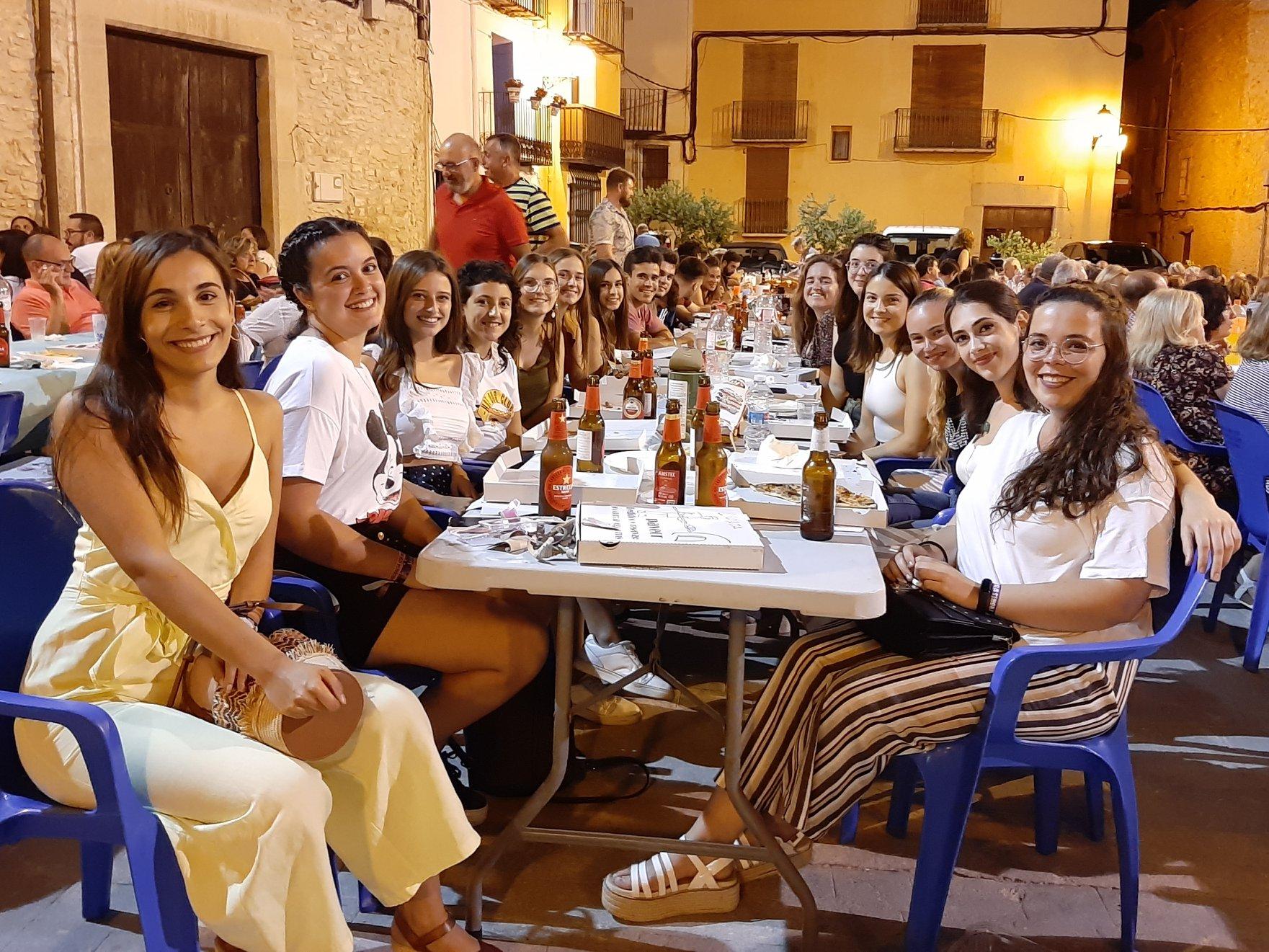 Sant Jordi acomiada l'estiu amb el tradicional sopar de pa i porta a la plaça Major