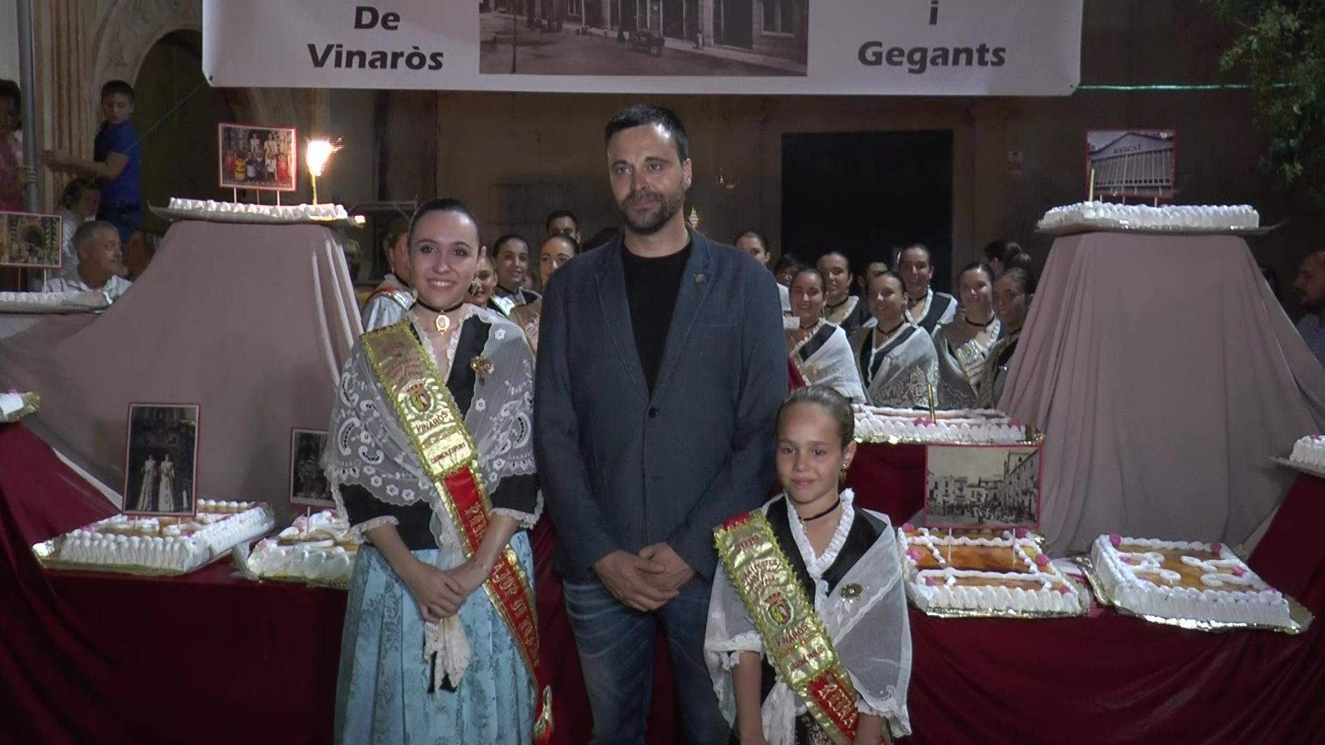 Vinaròs celebra l'aniversari de la Carta Pobla amb el tradicional pastís de merengue