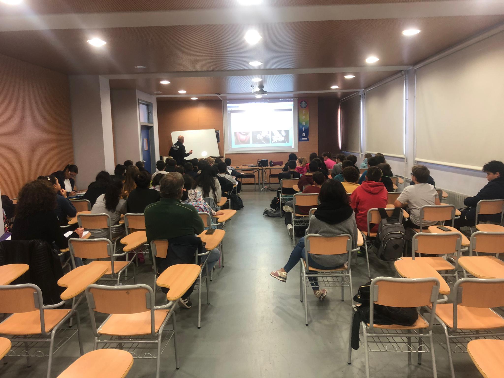 Alcalà-Alcossebre; La Policia Local d'Alcalà-Alcossebre forma als alumnes de l'IES Serra d'Irta per prevenir el consum de drogues