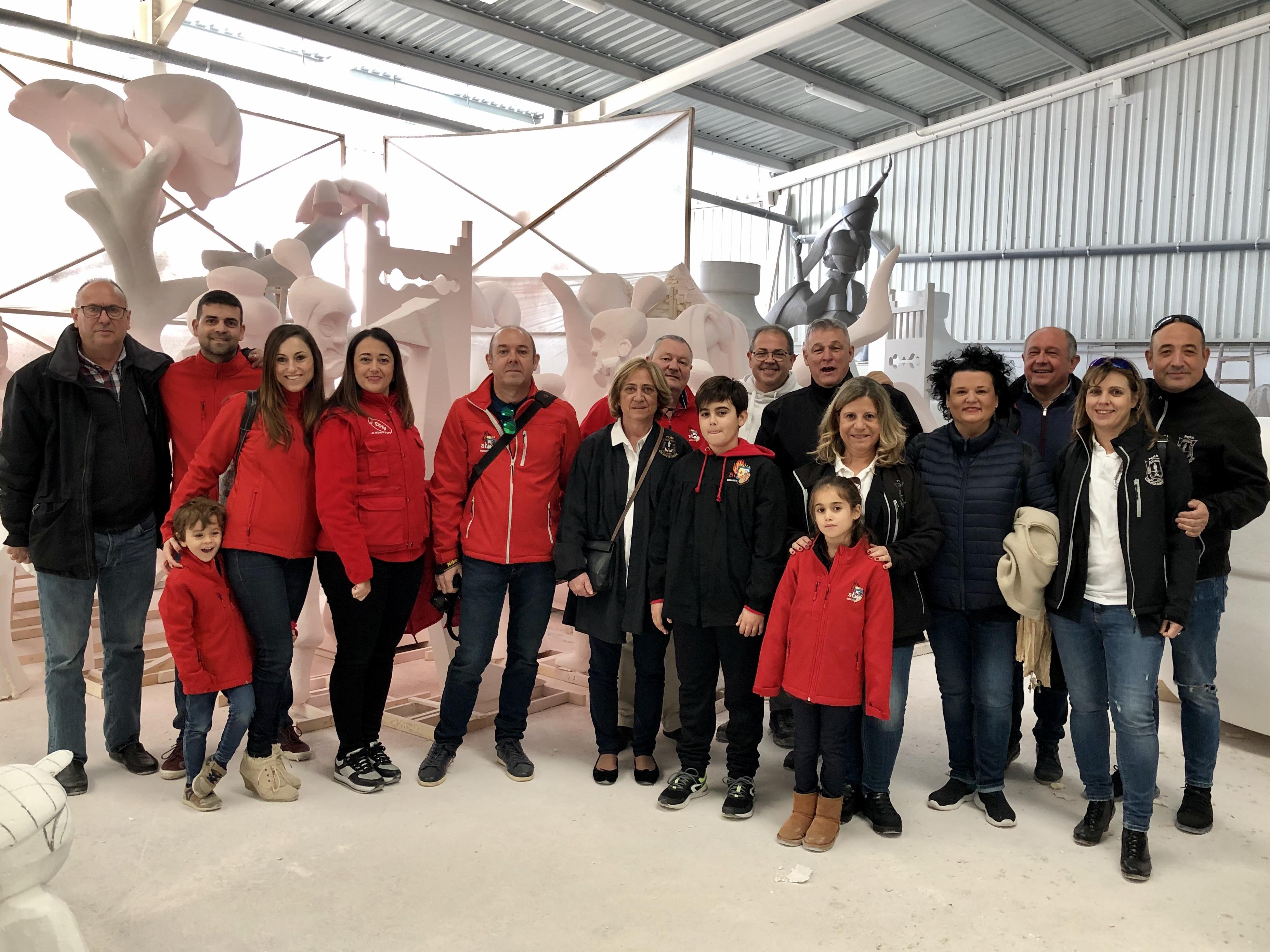 Una delegació de la Falla El Caduf de Benicarló visita als artistes fallers que fan la falla infantil
