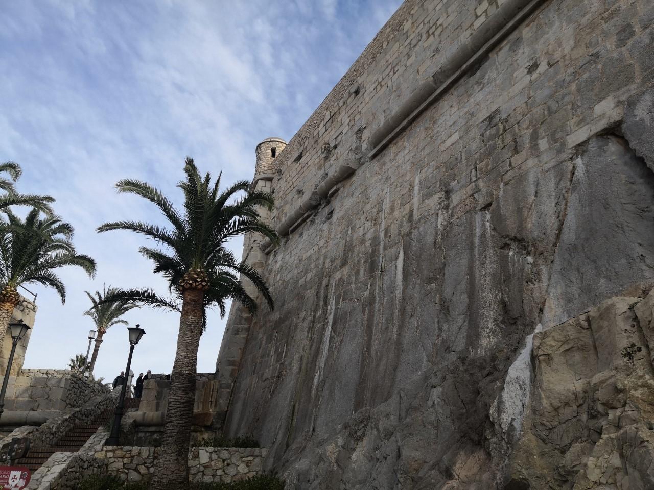 Peníscola identifica una fuita d'aigua als voltants de la murada renaixentista, en una escomesa mal anul·lada, amb més de tres dècades d'antiguitat