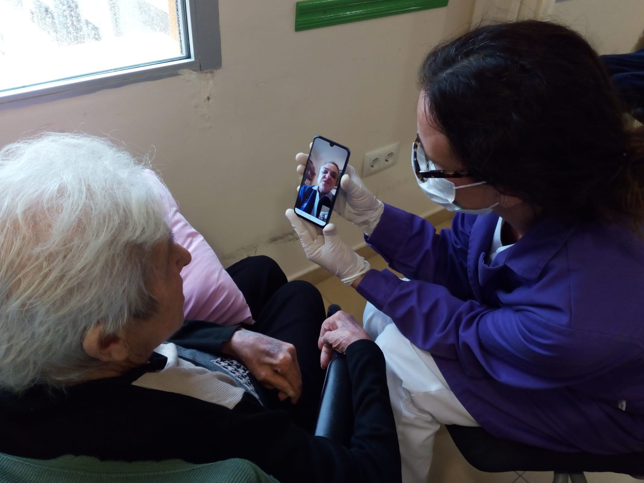 Els residents del Centre Geriàtric de Benicarló es comuniquen amb les famílies per videotrucades