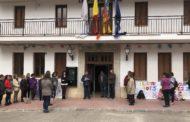Lectura del manifest del Dia de la Dona a les portes de l'Ajuntament de Santa Magdalena