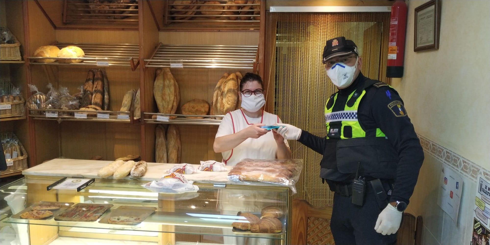 L'Ajuntament d'Alcalà-Alcossebre reparteix màscares entre col·lectius de risc i treballadors d'establiments oberts al públic