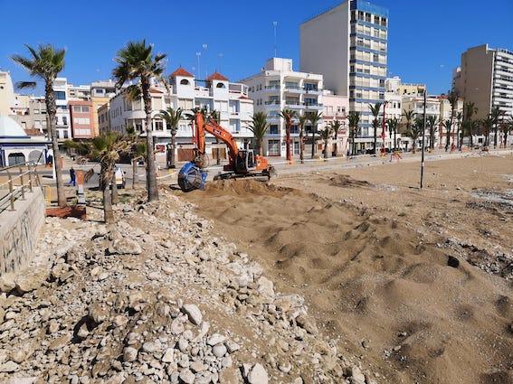 L'Ajuntament de Vinaròs retira les pedres de la platja del Fortí