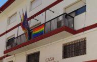 La bandera de l'Orgull oneja al balcó de l'Ajuntament de Càlig