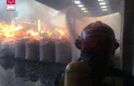 Important incendi en una empresa de tractament de fusta de Vall d'Alba