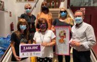Alcalà-Alcossebre dóna la recaptació de les samarretes del Dia de la Dona a l'Associació Local Contra el Càncer