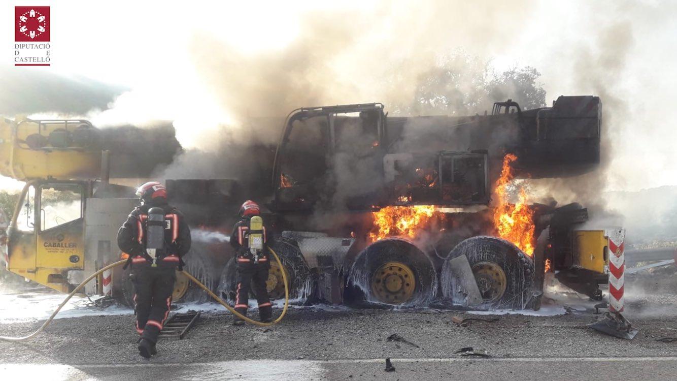Incendi d'un camió grua en l'N-232 a Morella