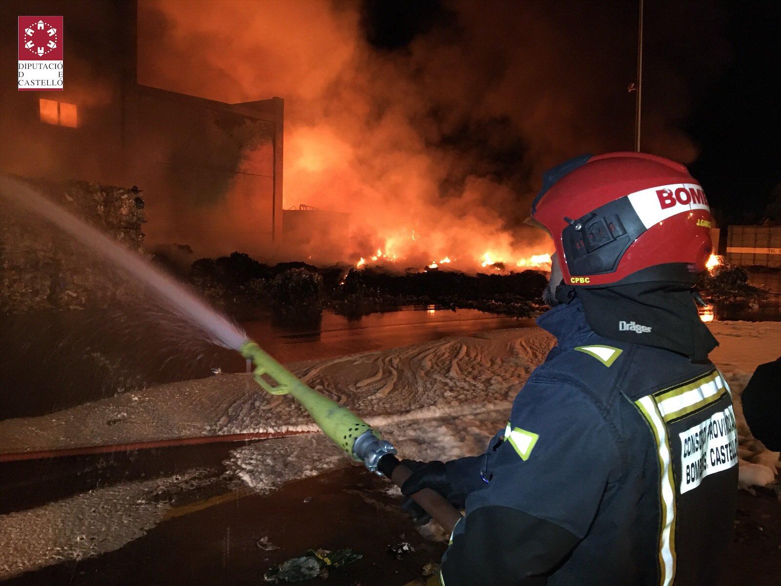 Incendi en la planta de residus de Cervera del Maestre