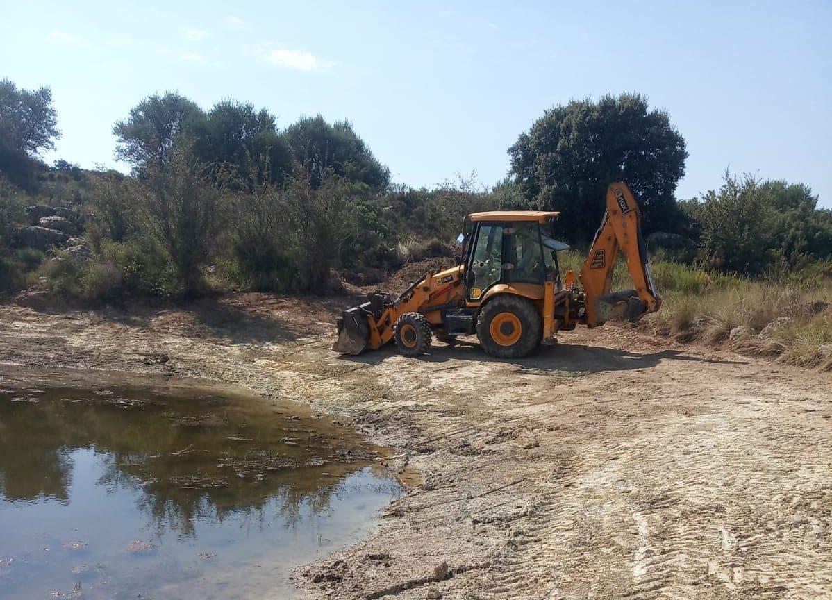 L'Ajuntament de Tírig neteja la bassa de laValltorta