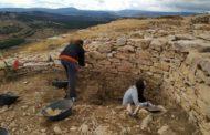 Un grup d'arqueòlegs treballa en el jaciment de la Lloma Comuna de Castellfort