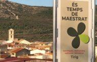 Instal·lació a Tírig del cartell promocional de Terres del Maestrat