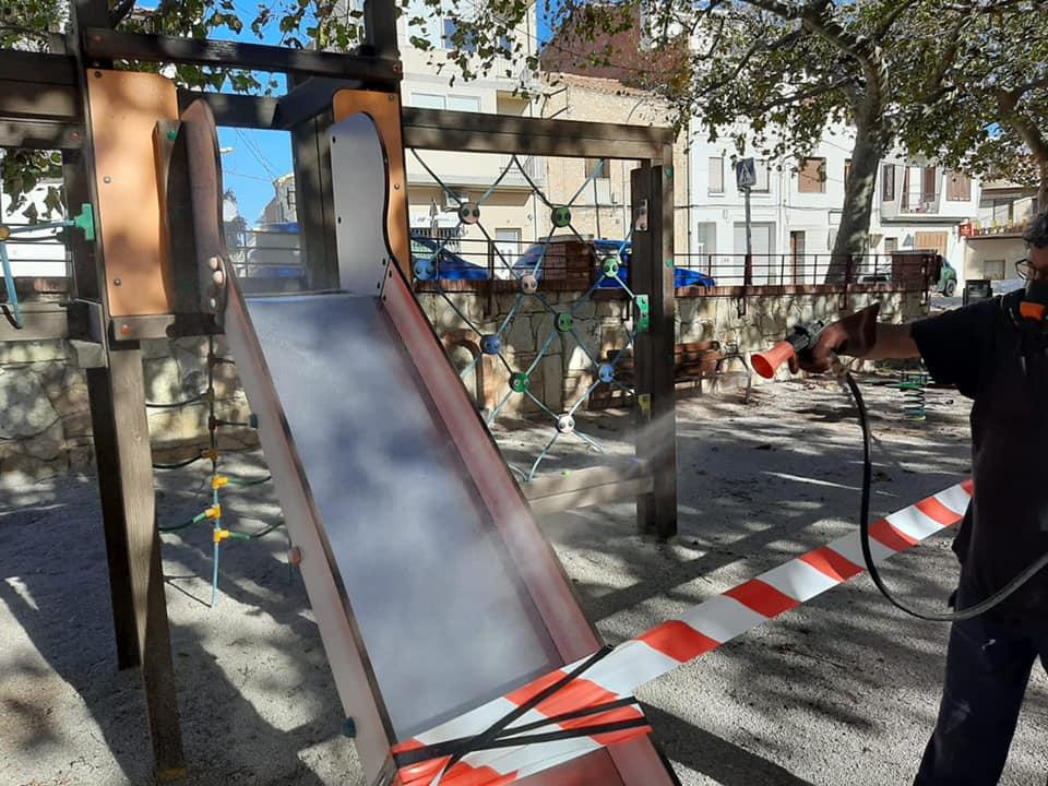 La Sénia realitza cada matí la higienització dels parcs infantils