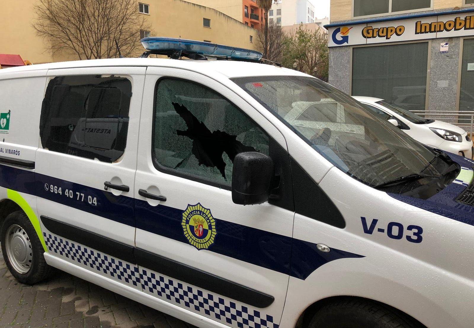 Dos vehicles de la Policia Local de Vinaròs apareixen amb els cristalls trencats