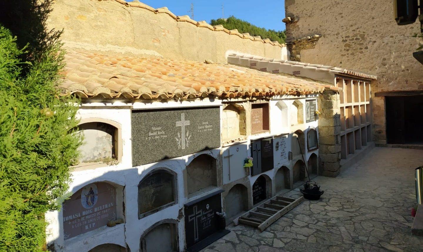 Ares restaura un mur del cementeri i construeix nous nínxols i columbaris