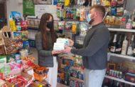 Sant Jordi entrega material de protecció als comerços i establiments turístics