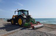 La Brigada d'Obres i Serveis de Benicarló treballa en l'adequació de les platges per a Setmana Santa