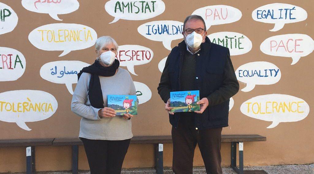 """Les Coves obsequia als escolars amb el conte """"El descobriment de Valentina"""" en el Dia del Llibre"""