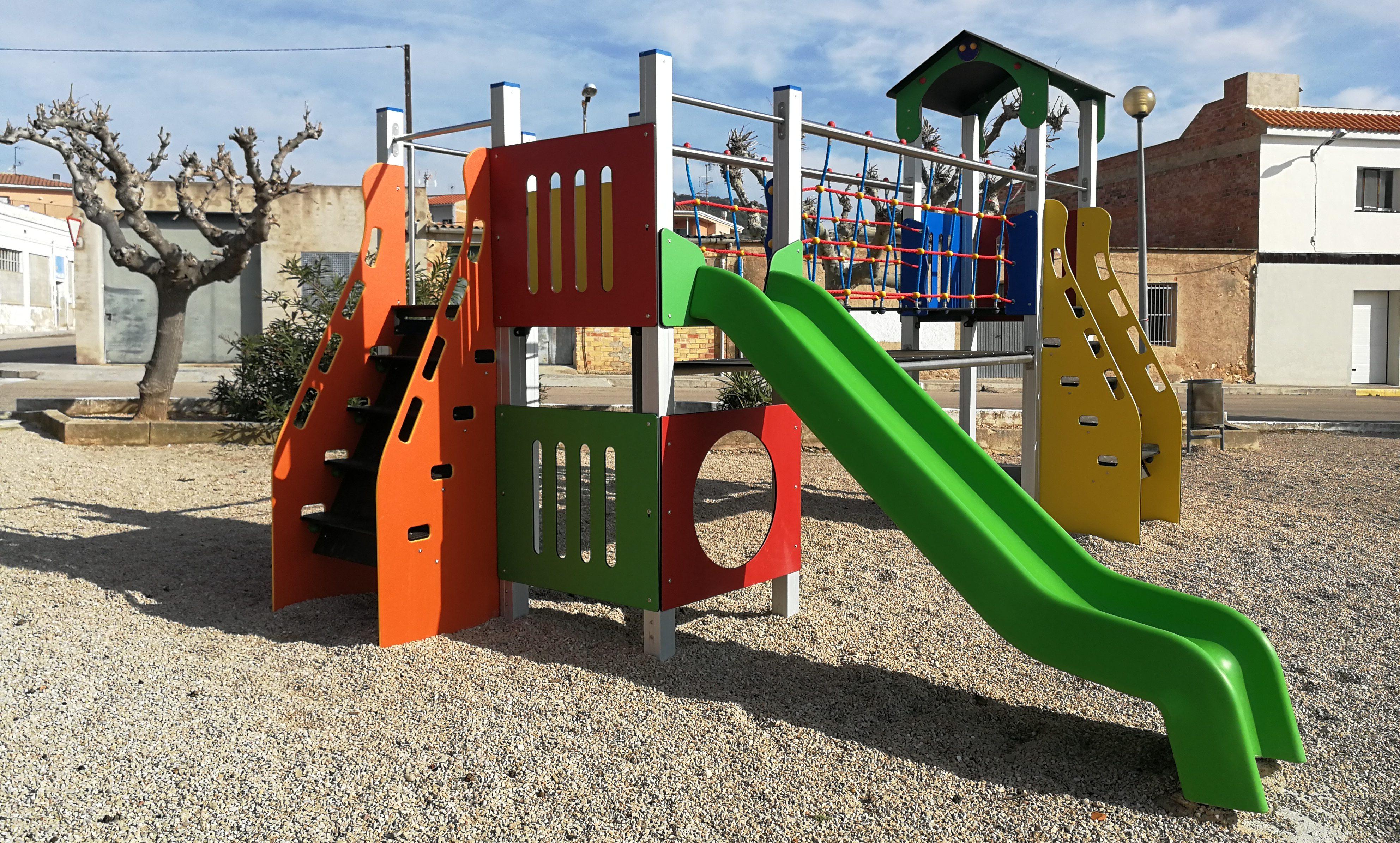Rossell i Bel renoven el mobiliari del parc infantil