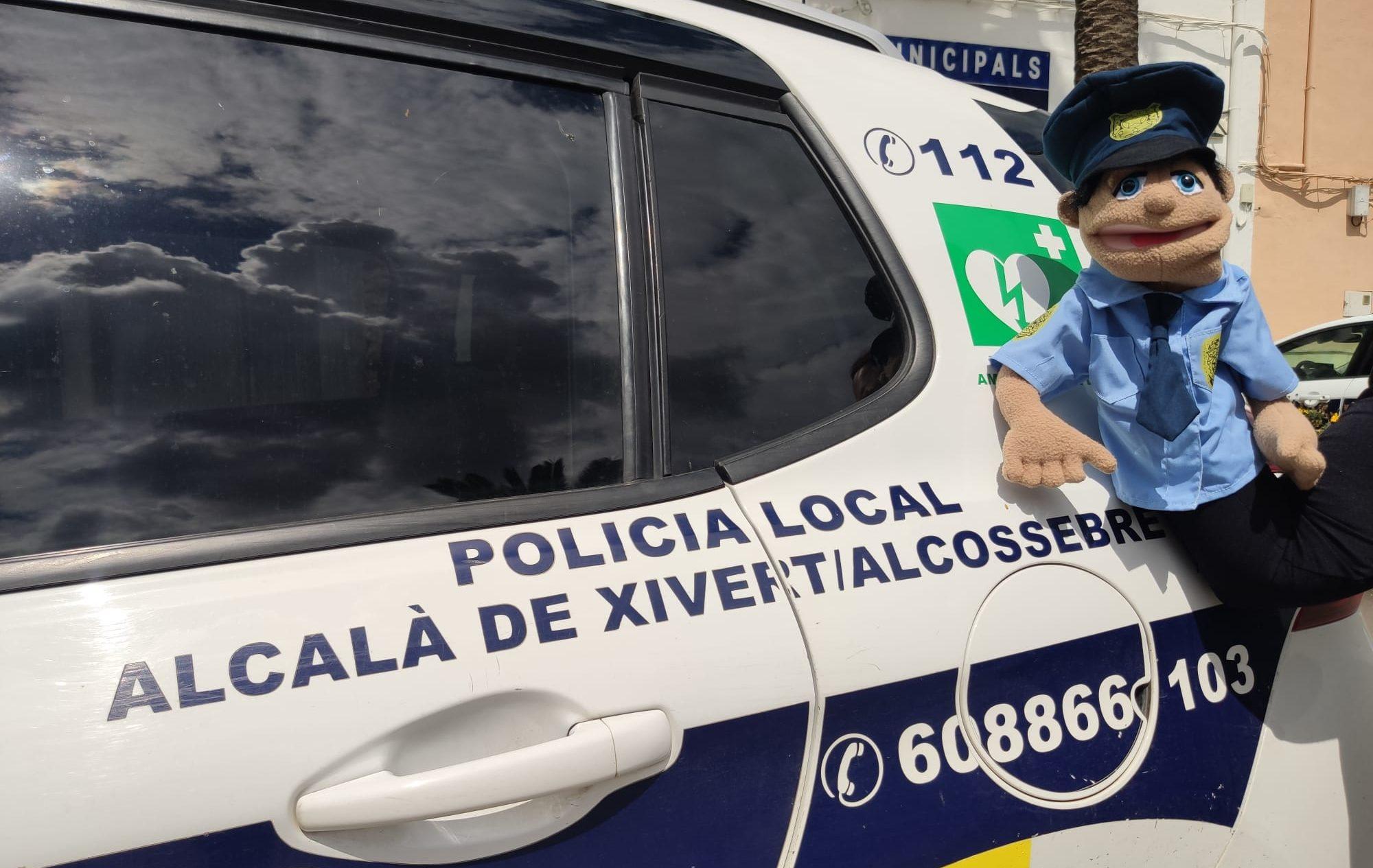La Policia d'Alcalà-Alcossebre crea una titella per a familiaritzar als d'Infantil amb les regles de circulació