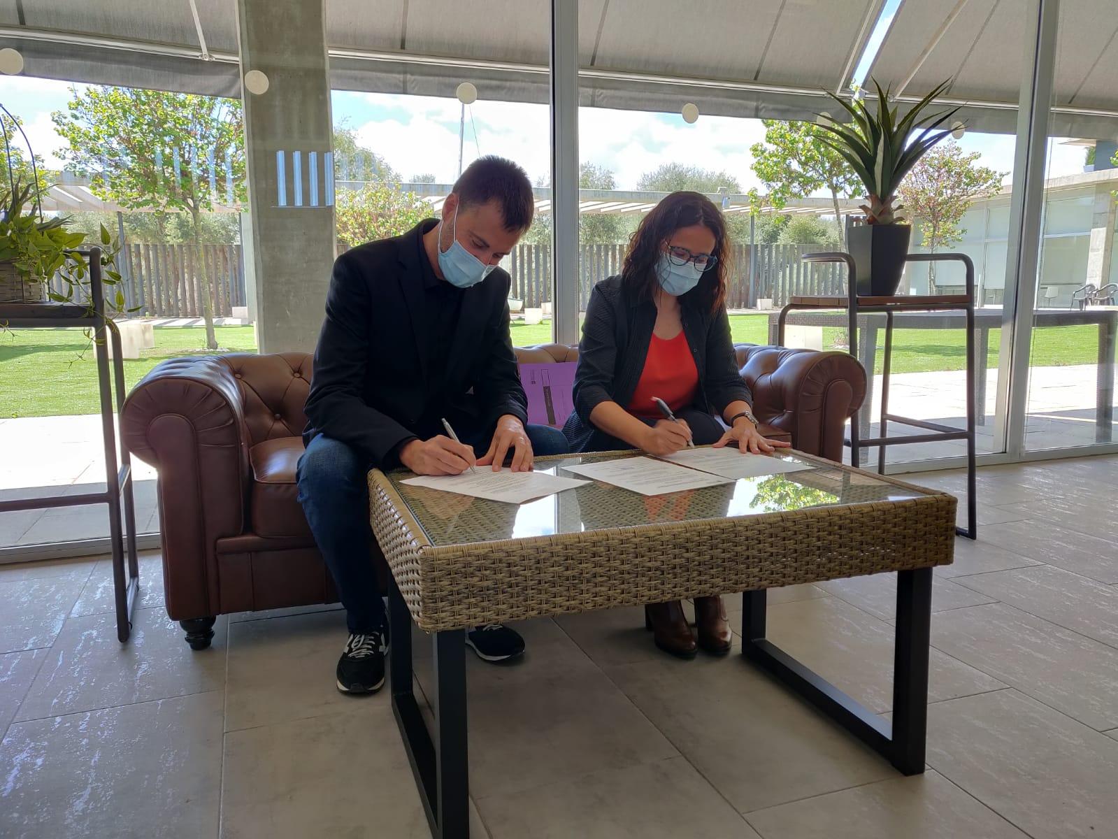 L'alcalde de Vinaròs signa l'acta de recepció de la nova residència