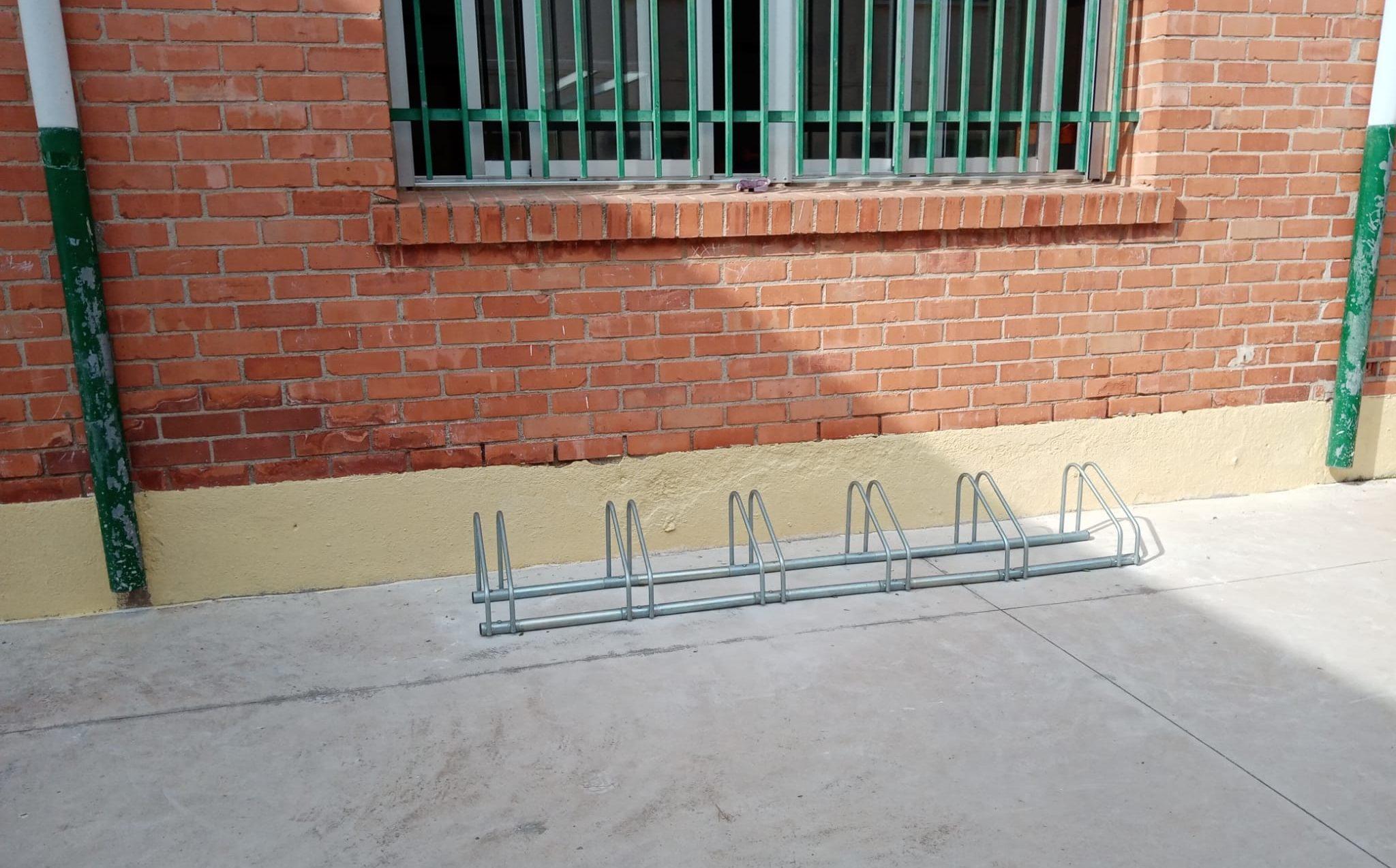 Càlig instal·la aparcaments per a bicicletes al CEIPFelicindaCollell