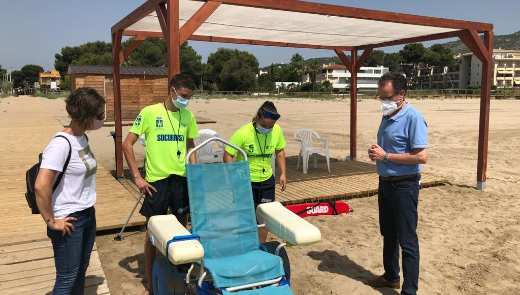 Alcossebre posa en marxa el servei de platja accessible a la platja del Carregador