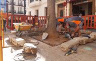 La Brigada d'Obres i Serveis de Benicarló rebaixa els escocells de la plaça de Sant Bartomeu
