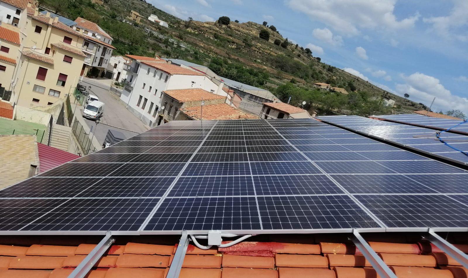 Portell instal·la més plaques solars al poliesportiu en una aposta 'decidida per l'energia solar'