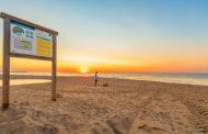 Benicarló instal·la una dutxa per a gossos a la platja per a mascotes del Barranquet