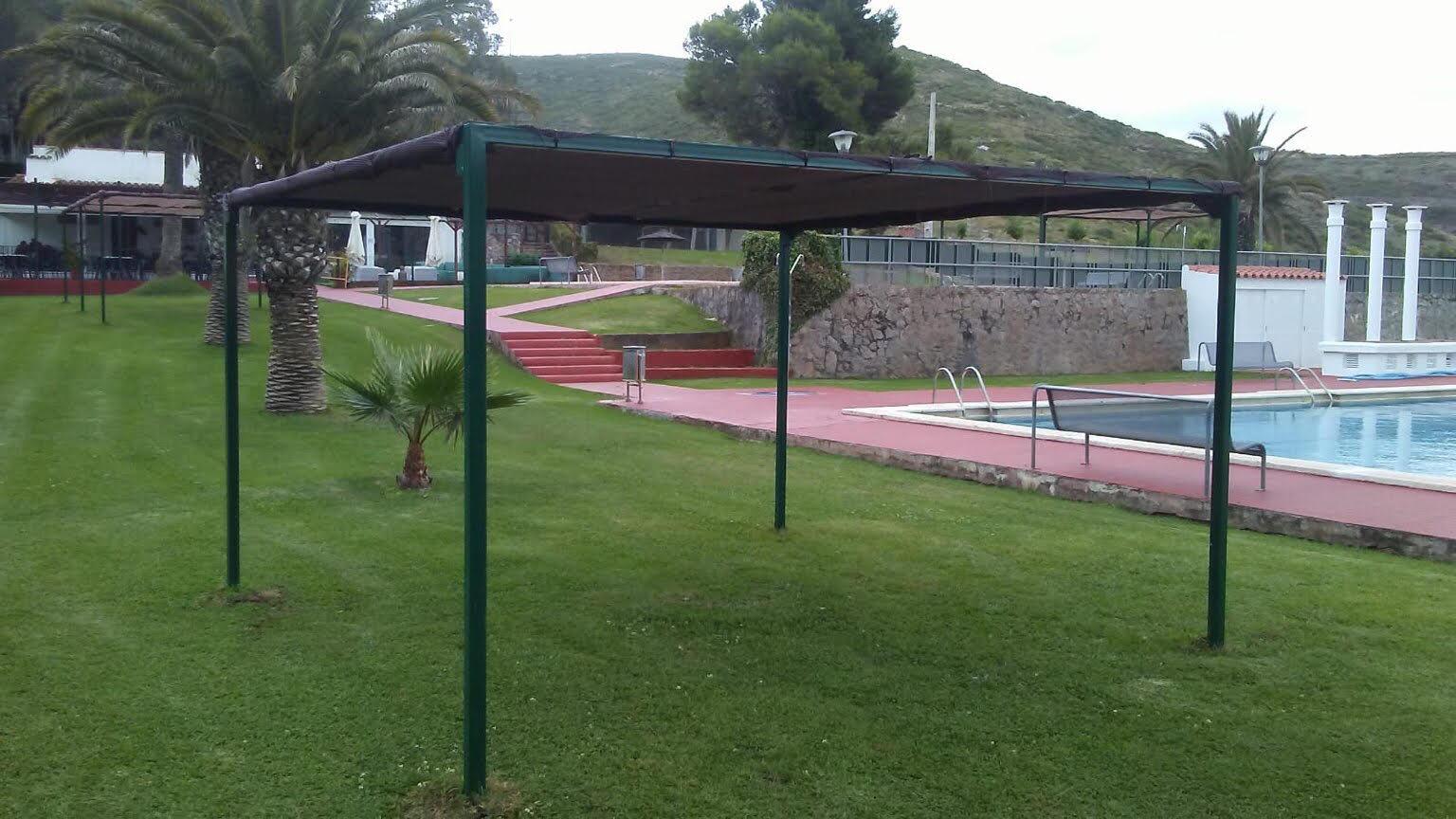 Les Coves de Vinromà instal·la noves pèrgoles en la piscina municipal per a augmentar els espais d'ombra