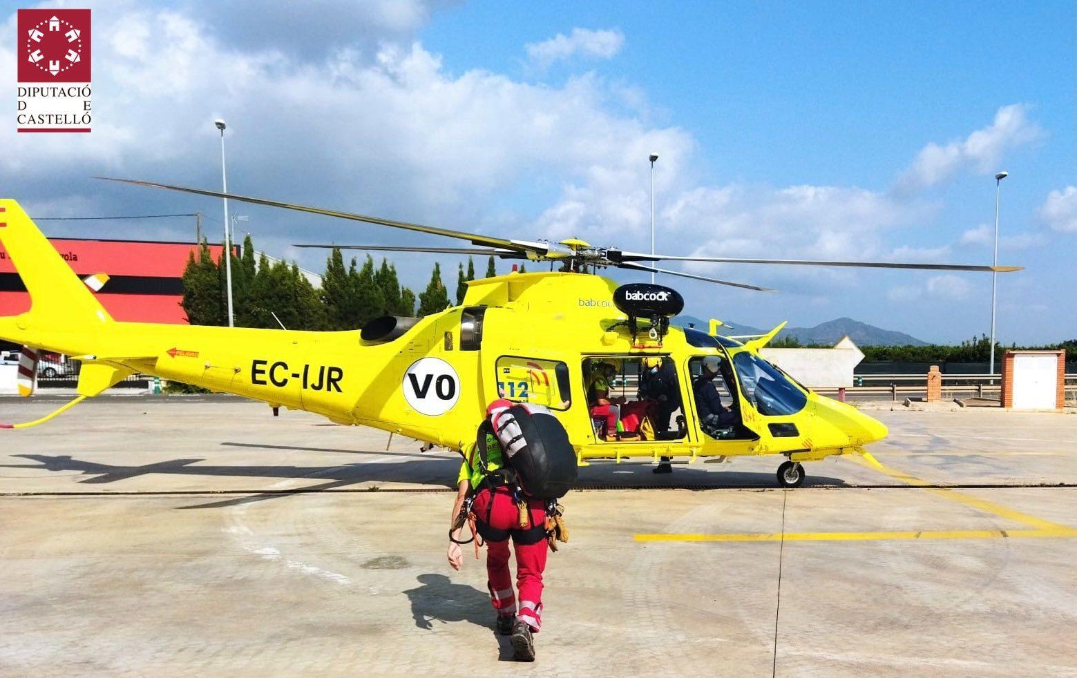 Els bombers rescaten a una dona ferida en una cama en una zona forestal de les Coves de Vinromà
