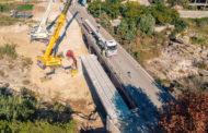 Obres Públiques ultima el muntatge de la passarel·la de ciclepeatonal de Sant Rafael del Riu