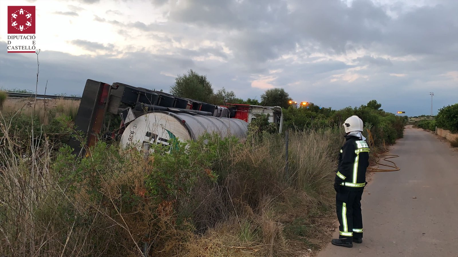 Volca un camió amb 25.000 litres de sosa càustica a l'AP7 a l'altura de Cabanes